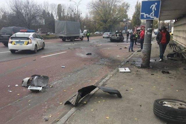ВКиеве среди  дороги зажегся  автомобиль