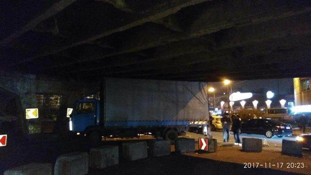 Под Шулявский мостом вКиеве застрял фургон