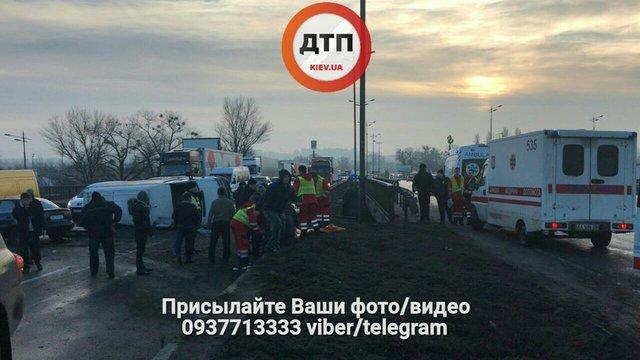 ВКиеве БМВ  врезался вмаршрутку: изгорящего авто спасали пострадавших