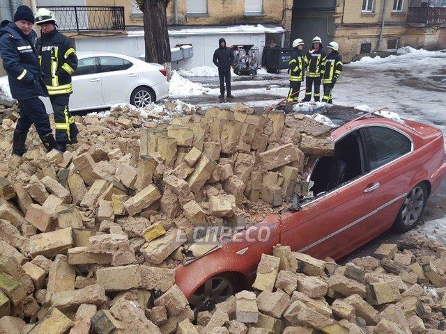 Вцентре столицы Украины рухнула стена между домами: повреждены 2 авто игазопровод