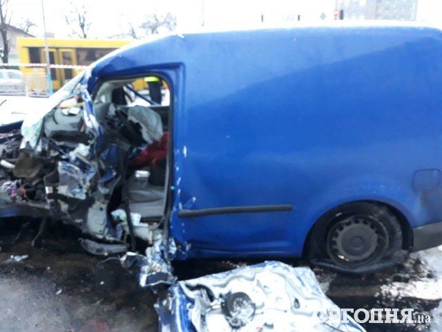 ВКиеве VW наскорости влетел встолб: водителя вырезали изавто
