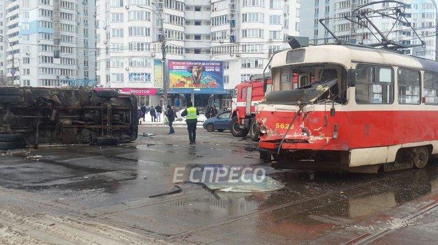 ВКиеве трамвай столкнулся с фургоном