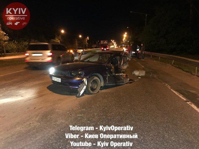 ВКиеве легковую машину разорвало пополам после столкновения сопорой рекламного щита