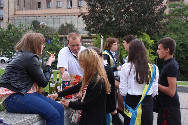 Выпускники-2013: Босоногие мальчики в фонтанах и девочки с ...