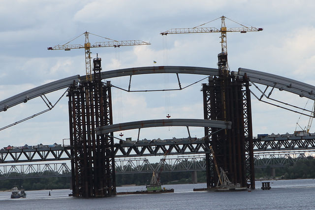 Над Подольским мостом подняли