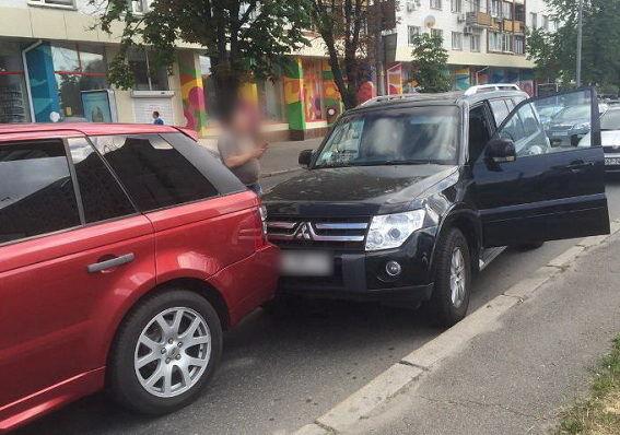 Вцентре столицы Украины неизвестные намотоцикле расстреляли водителя внедорожника