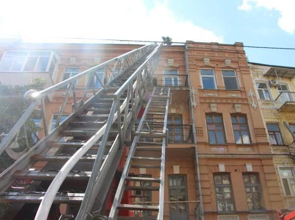 ВКиеве произошел зрелищный пожар накрыше