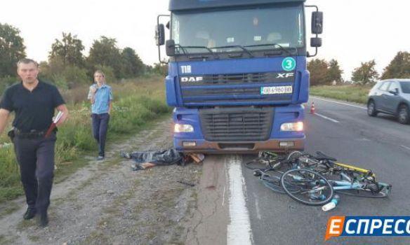 Под Киевом грузовой автомобиль сбил девять велосипедистов: есть жертвы