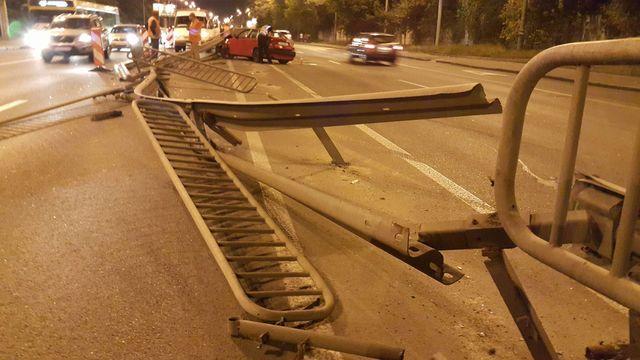 Нетрезвый шофёр снес отбойник напроспекте вКиеве