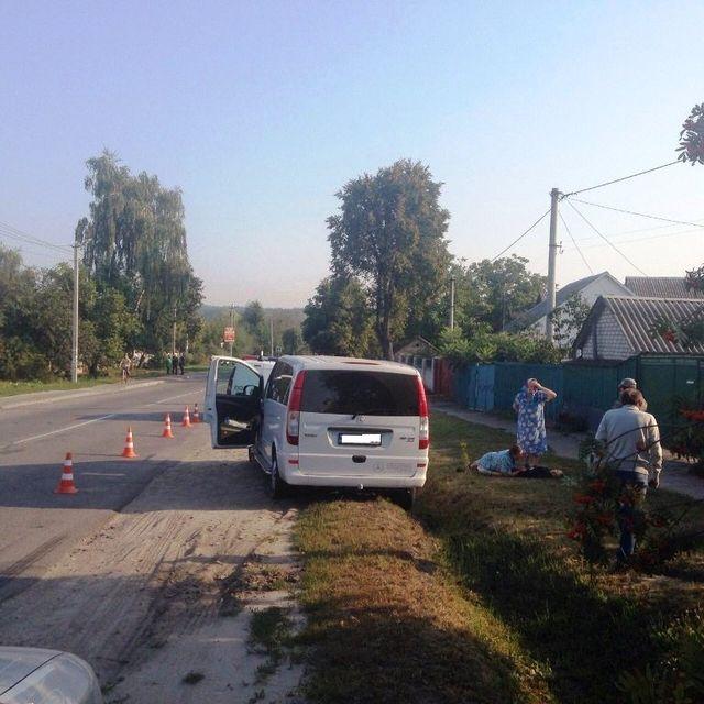 Под Киевом микроавтобус наехал надетей, есть жертва
