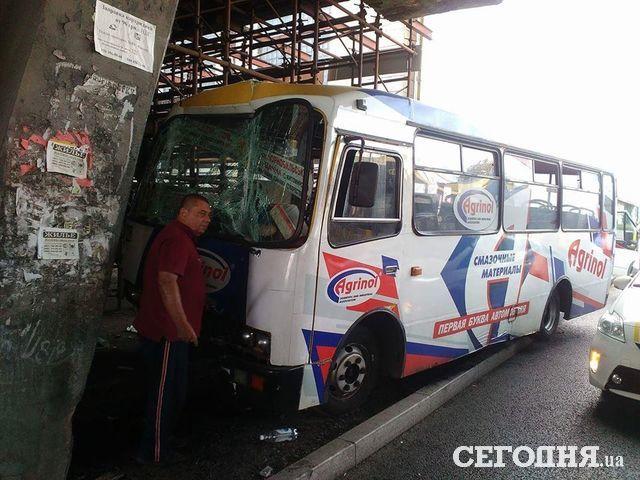 Вмаршрутке, врезавшейся вопору моста вКиеве, ранены три пассажира