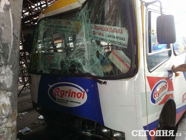 Киевская маршрутка влетела вопору моста: есть пострадавшие