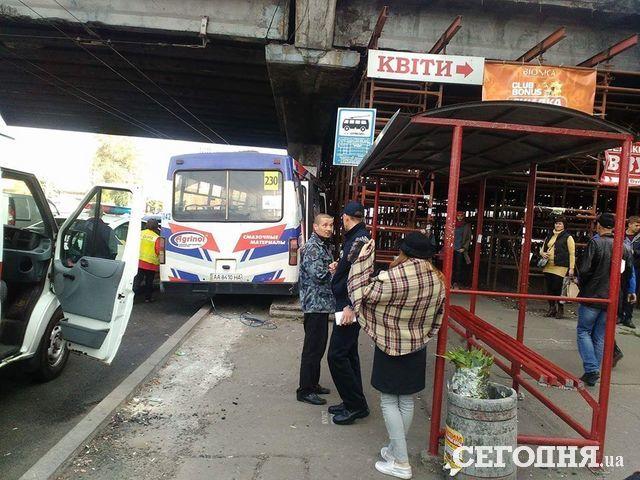 ВКиеве маршрутка врезалась вопору путепровода, есть пострадавшие