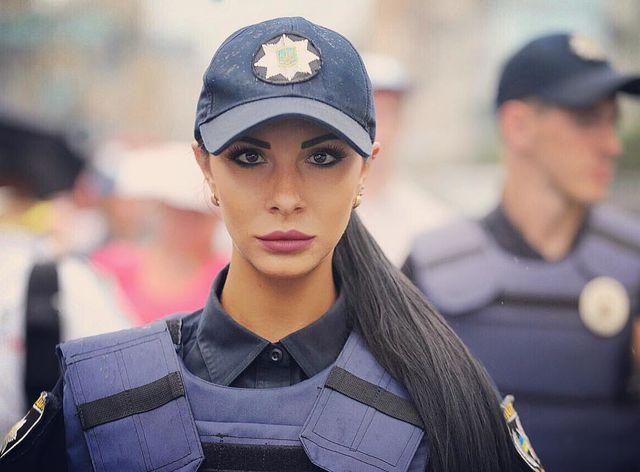 История сильной женщины: самая сексуальная полицейская столицы Украины написала книгу