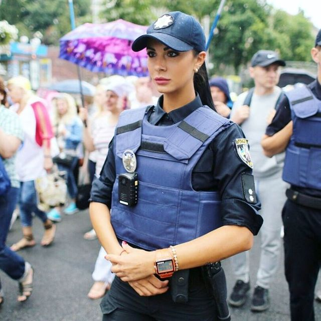 Самая сексуальная полицейская украинской столицы написала книгу— История сильной женщины
