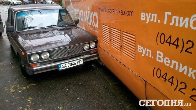 ВКиеве трамвай слетел срельсов ипротаранил авто
