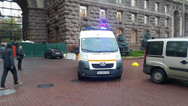 Рабочий упал изздания вблизи мэрии Киева