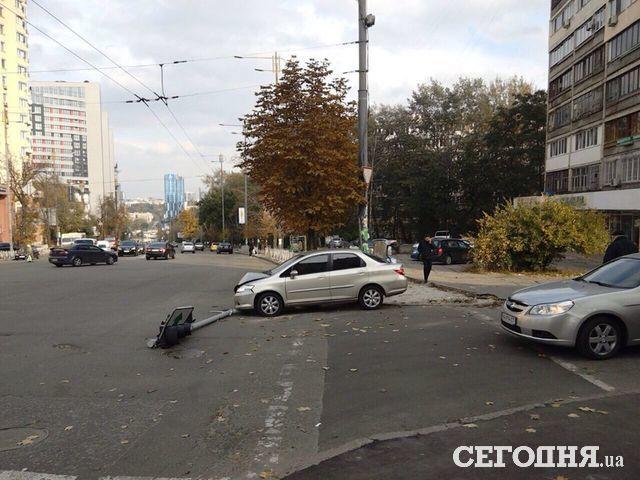 ВКиеве правонарушители наХонде удирали от милиции исбили светофор