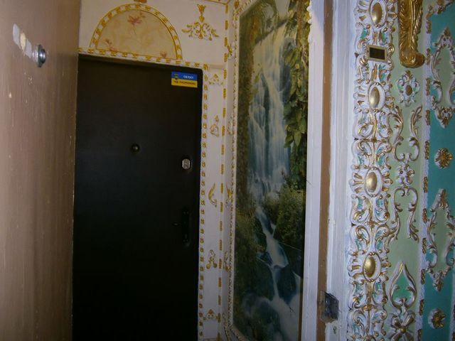 Киевлянин превратил подъезд жилого дома вВерсаль