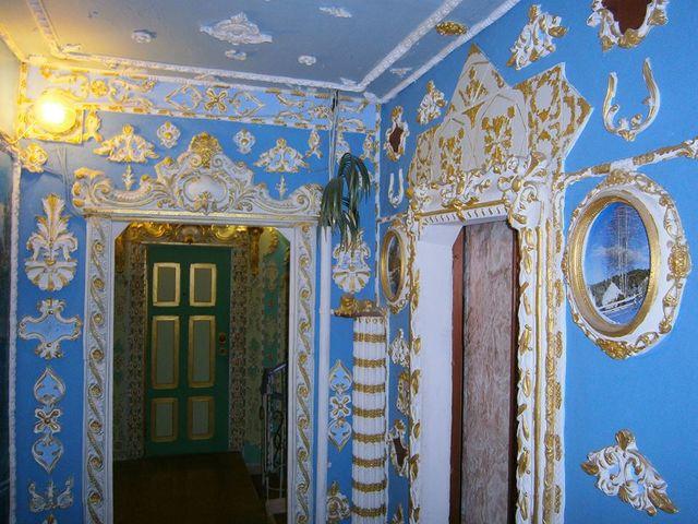 Киевский пенсионер превратил подъезд дома внастоящий музей