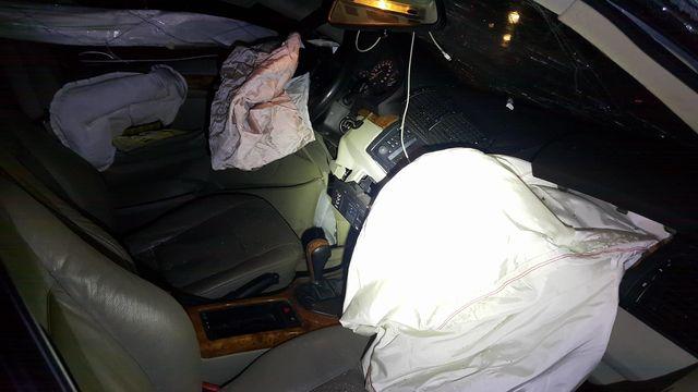Под Киевом БМВ протаранил блоки, шофёр убился обасфальт