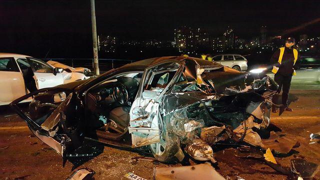 Лобовое столкновение вКиеве разорвало два автомобиля