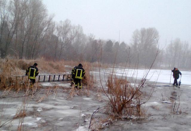 ГосЧС: рыболовы, которые оторвались нальдине около Киевской ГЭС, привезены наберег