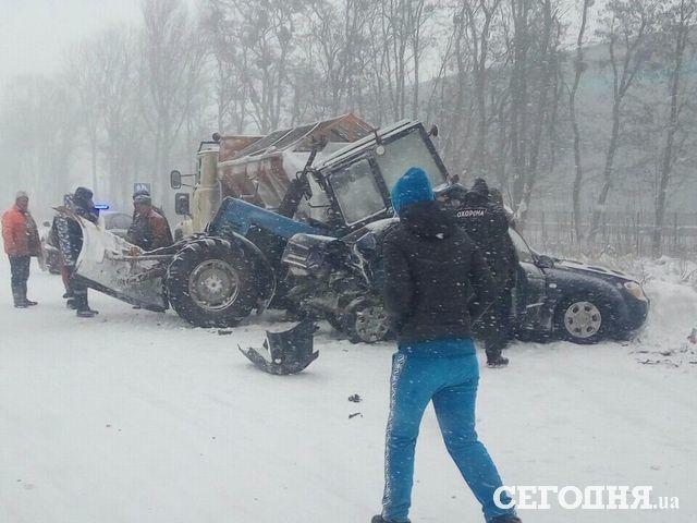 Под Киевом в колонну снегоуборочной техники врезались несколько авто