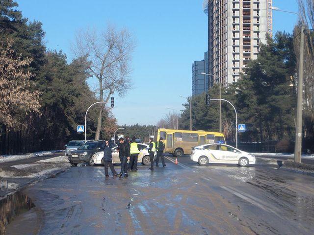 ВКиеве автомобиль провалился вяму из-за трагедии наводопроводе