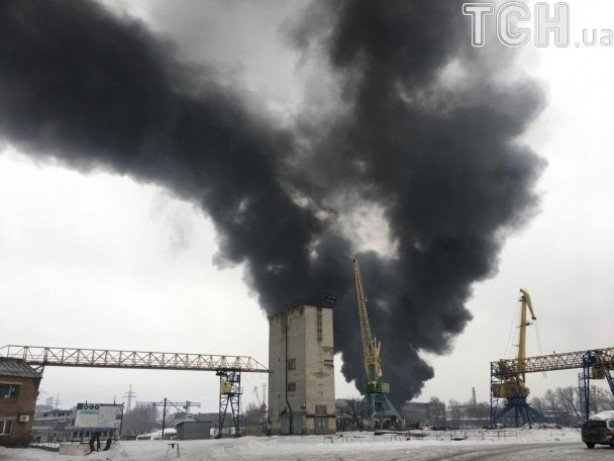 Cотрудники экстренных служб справились спожаром наскладах сгорючим вКиеве