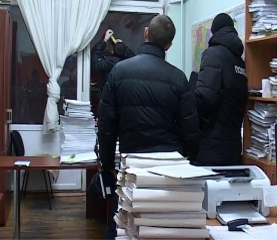 Милиция расследует, кто обстрелял строение административного суда вКиеве
