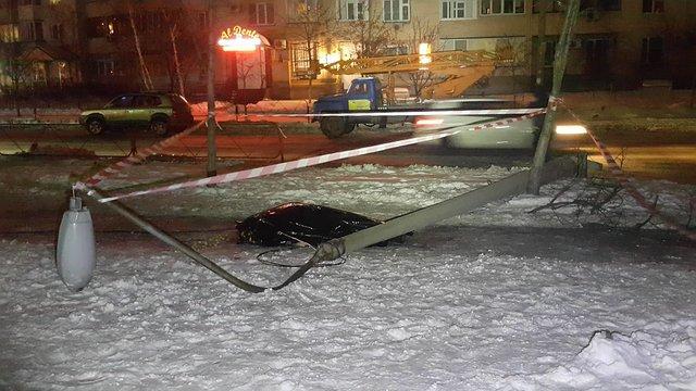 Грузовой автомобиль сбил электроопору иубила мужчину вКиеве