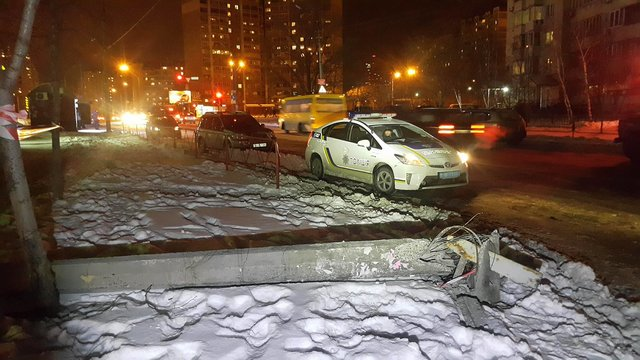 ВКиеве при уборке снега грузовой автомобиль сбил столб, который упал напенсионера