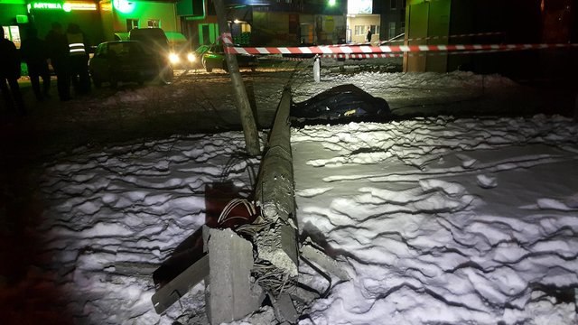 ВКиеве упал столб, один человек умер