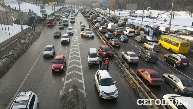 Накиевском проспекте столкнулись 5 авто, имеется пострадавший