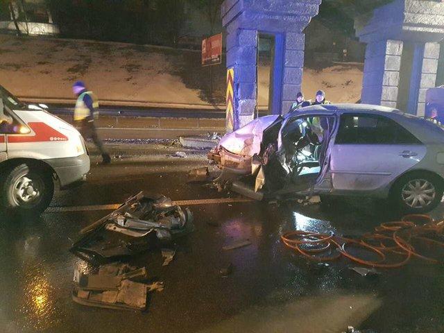 ВКиеве «Тойота» протаранила наскорости опору моста