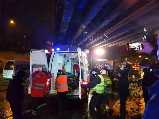 ВКиеве машина разбилась обопору моста: фото сместа трагедии
