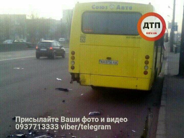 ВКиеве пассажиры «маршрутки» побили водителя-«гонщика», который врезался вихавтобус