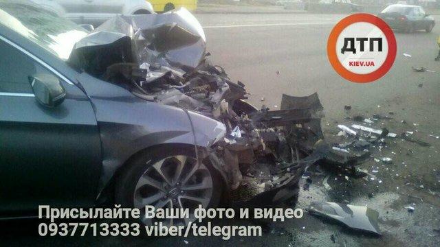 ВКиеве пьяные водители устроили гонку и стрельбу , авто врезалось вмаршрутку